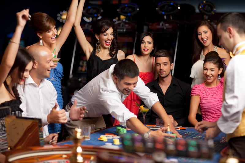 カジノで楽しむ人たち