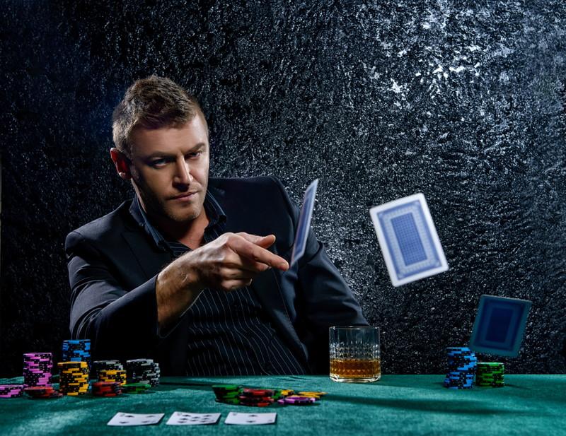 カジノをする男性